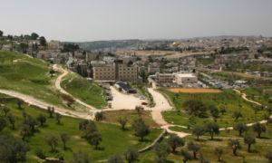Vista do nosso local de peneiragem com o Monte do Templo e o Domo da Rocha no fundo