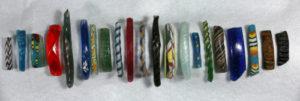 Fragmentos de variadas pulseiras de vidro encontrados pelo Projeto de Peneiragem