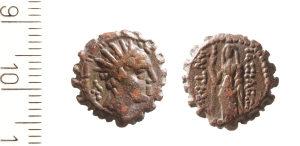 Moeda com a imagem de Antíoco Epifânio IV, o vilão da História de Hanukkah. Encontrada pelo Projeto de Peneiragem.