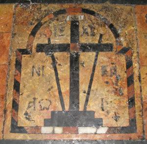 Este pequeno painel de chão das Cruzadas que está no Santo Sepulcro marca o lugar onde as lendas dizem que a rainha Helena encontrou a cruz de Jesus.