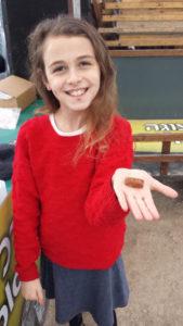 A pequena Alumah de 10 anos, segurando o astragolo