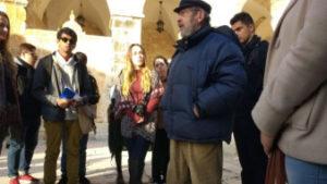 Gaby ensina estudantes da UCLA no Monte do Templo em 1 de janeiro de 2017 (foto: Ilan Ben Zion / Times of Israel)